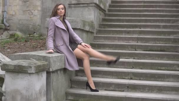 krásná žena sedí na schodech venku