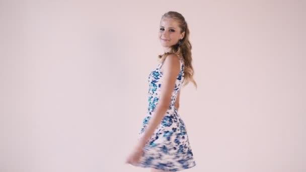 schöne Mädchen in einem Sommerkleid im weißen Zimmer