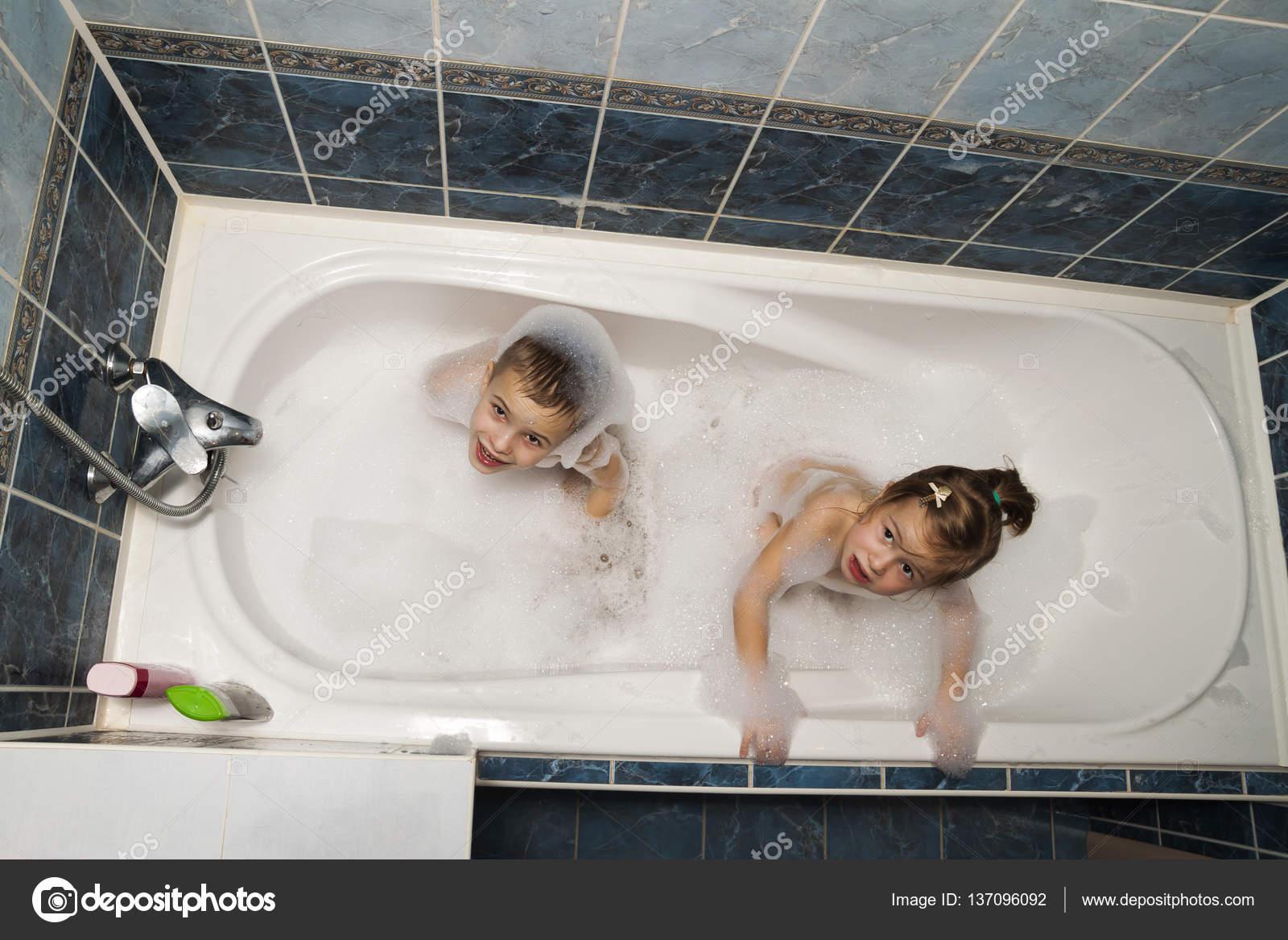 Сестра с братом купаются фото, Брат трахнул сестрицу в попку и другие порно фото 16 фотография