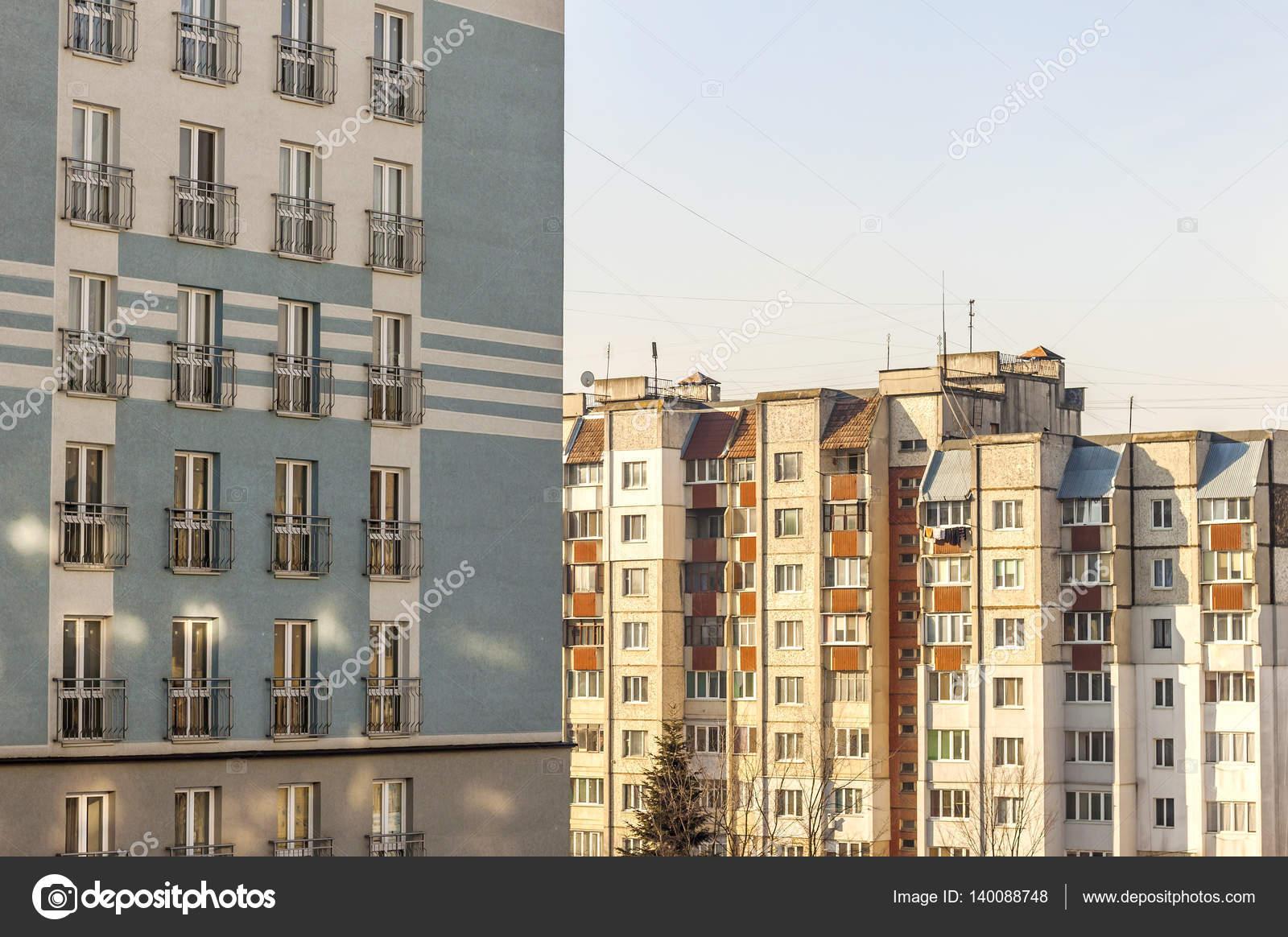 Architektur des modernen Baustil-Fensters. Fassade des neuen mu ...