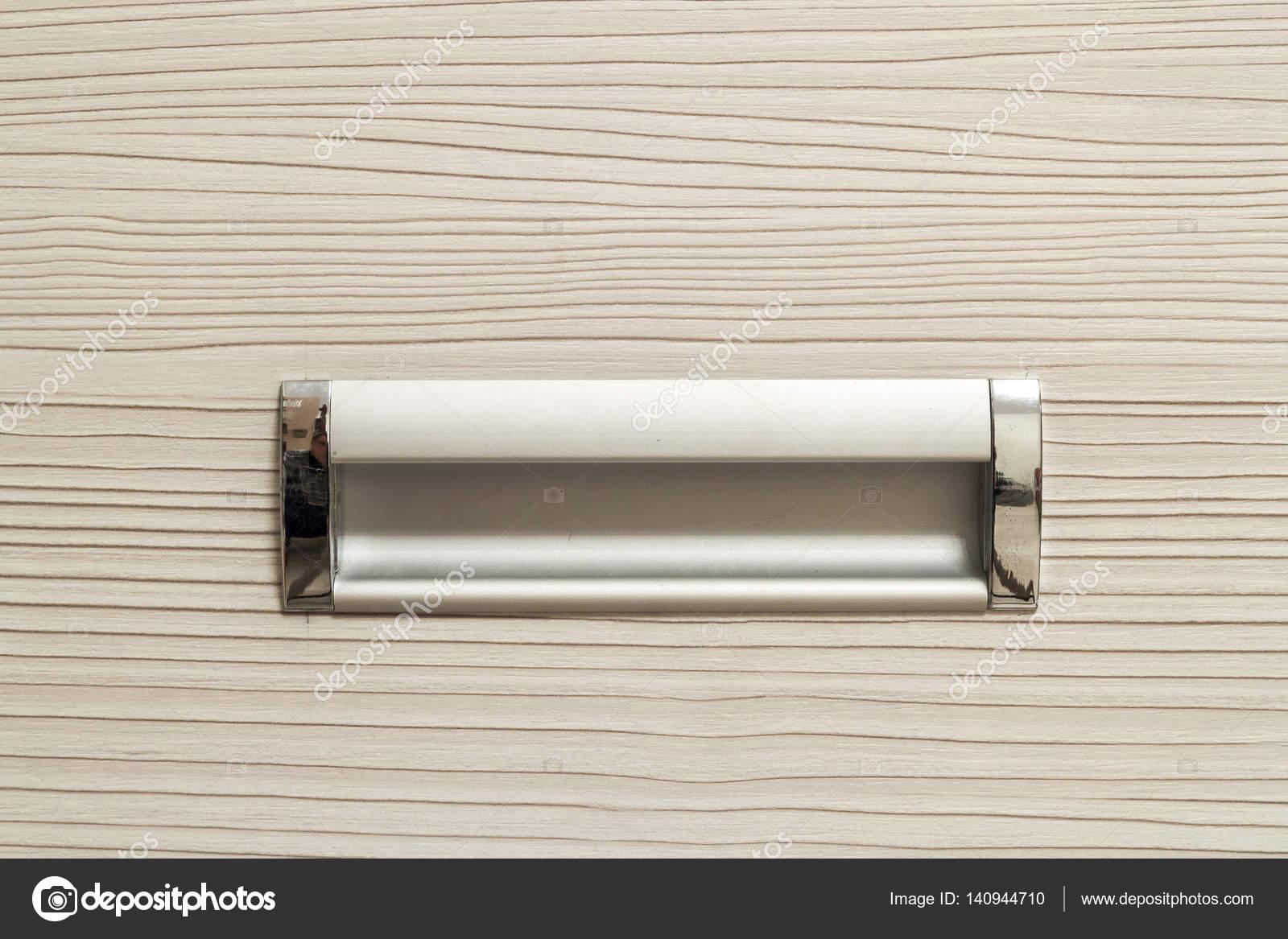 Detalle de tirador cromado plata para puertas o cajones. Fragmento ...