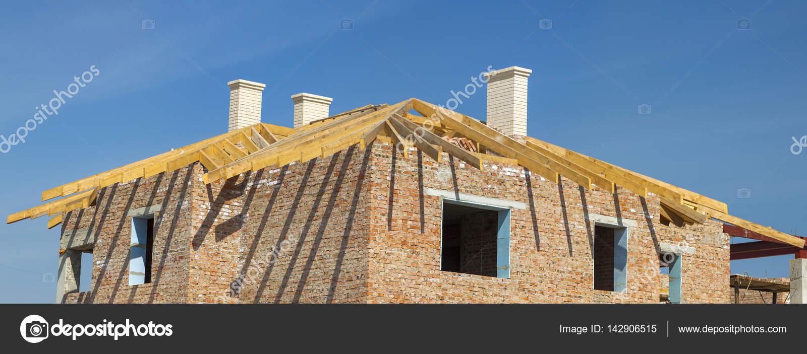 Construcción de techos. Estructura de techo de madera, chimeneas ...