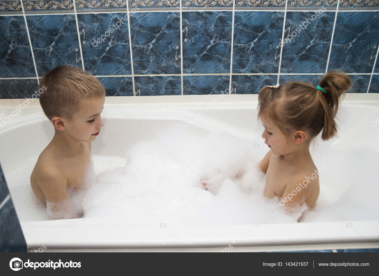 Старшая сестра с братом в ванной, Брат и сестра » Порно инцест, подборка самых убойных 21 фотография