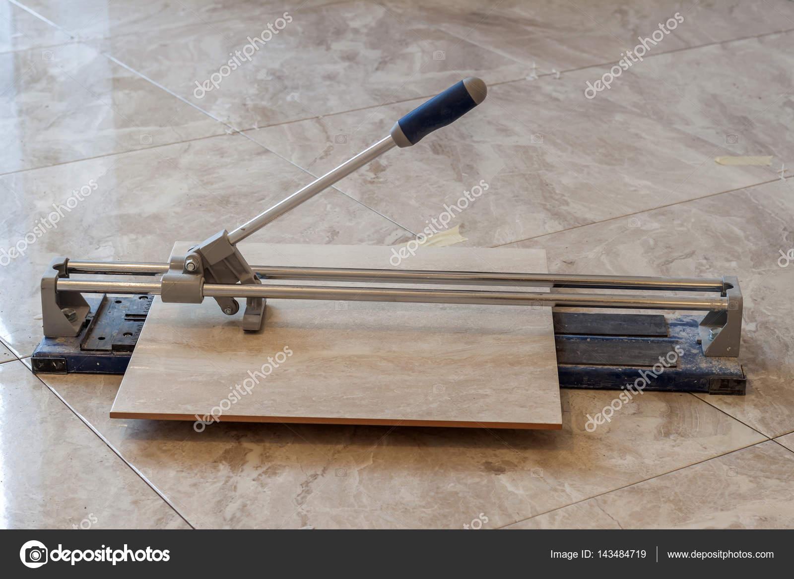 Carreaux de céramique et des outils pour carreleur. Carreaux de sol ...
