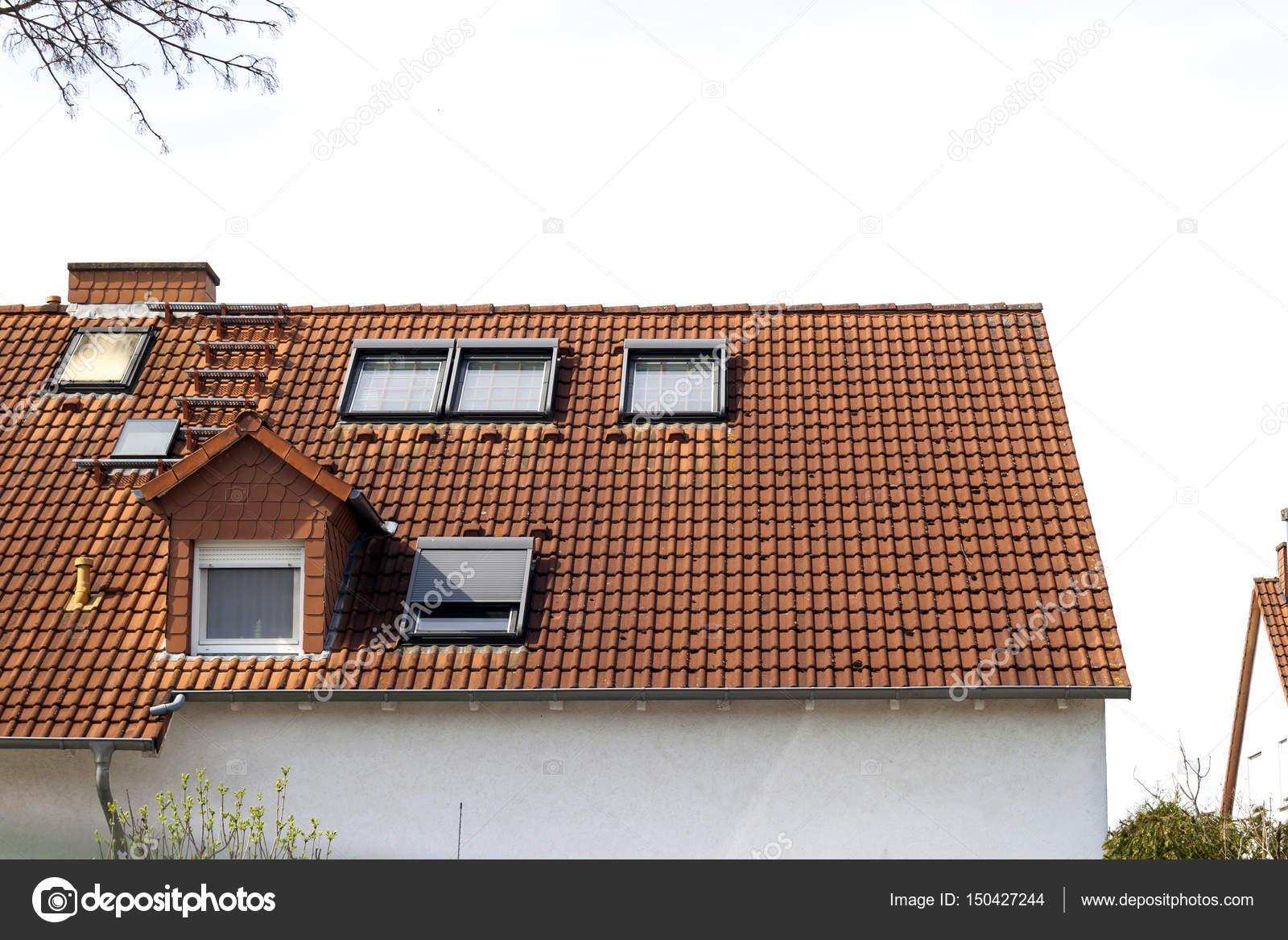 Toit classique résidentiel maisons avec des tuiles de toiture orange ...