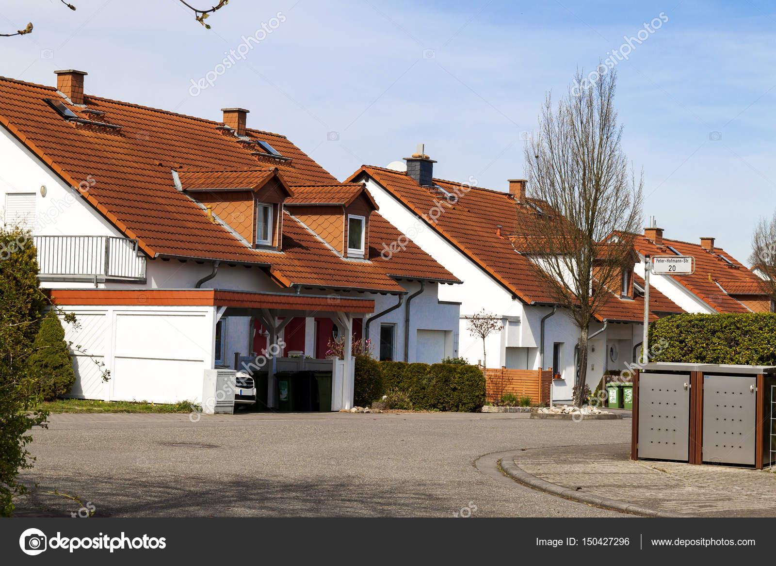 Clásico alemán residencial casas con tejas de naranja y — Foto de ...