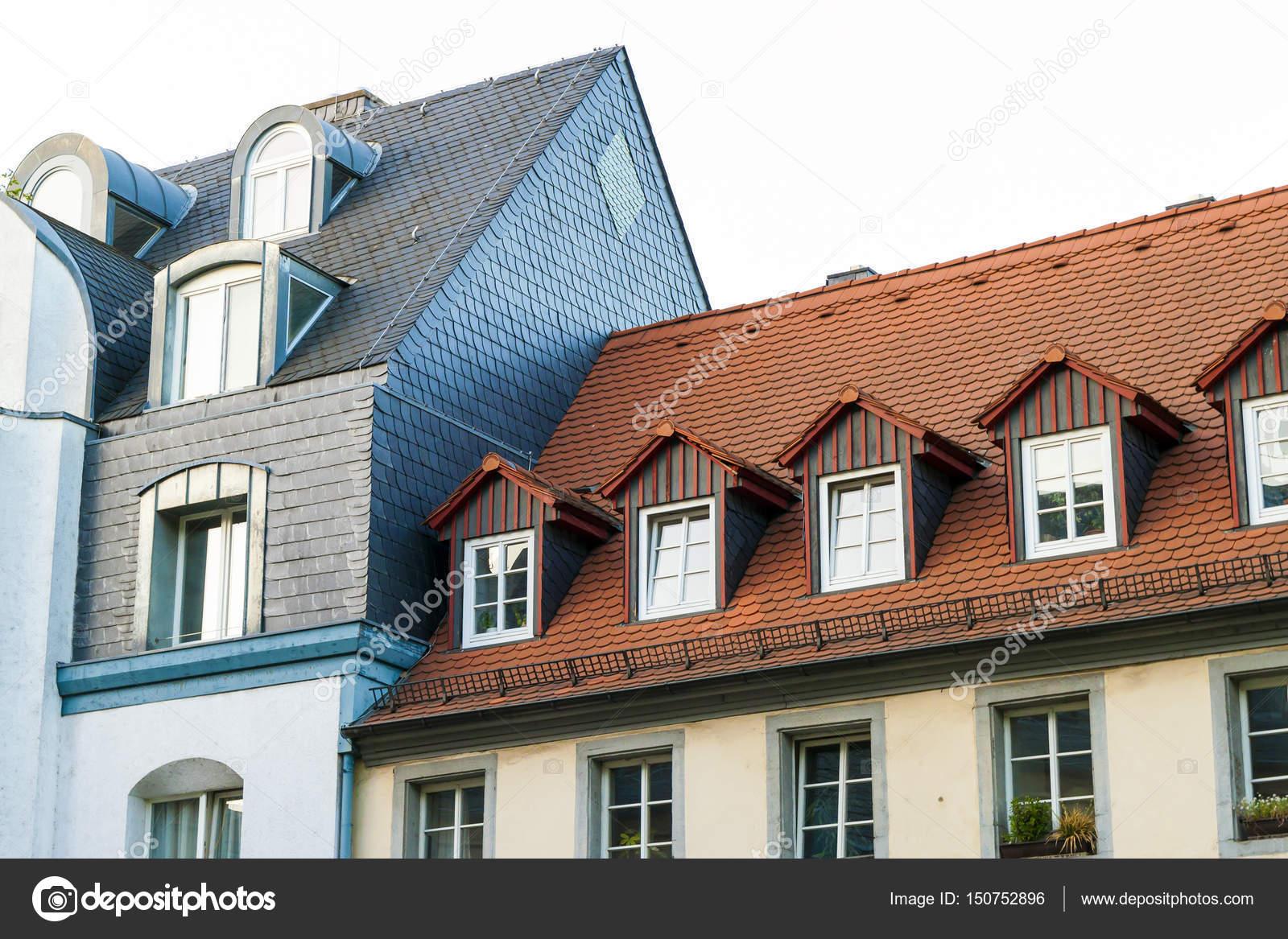 Techos de casas con ventanas de tejado y tejas naranja g — Fotos de ...