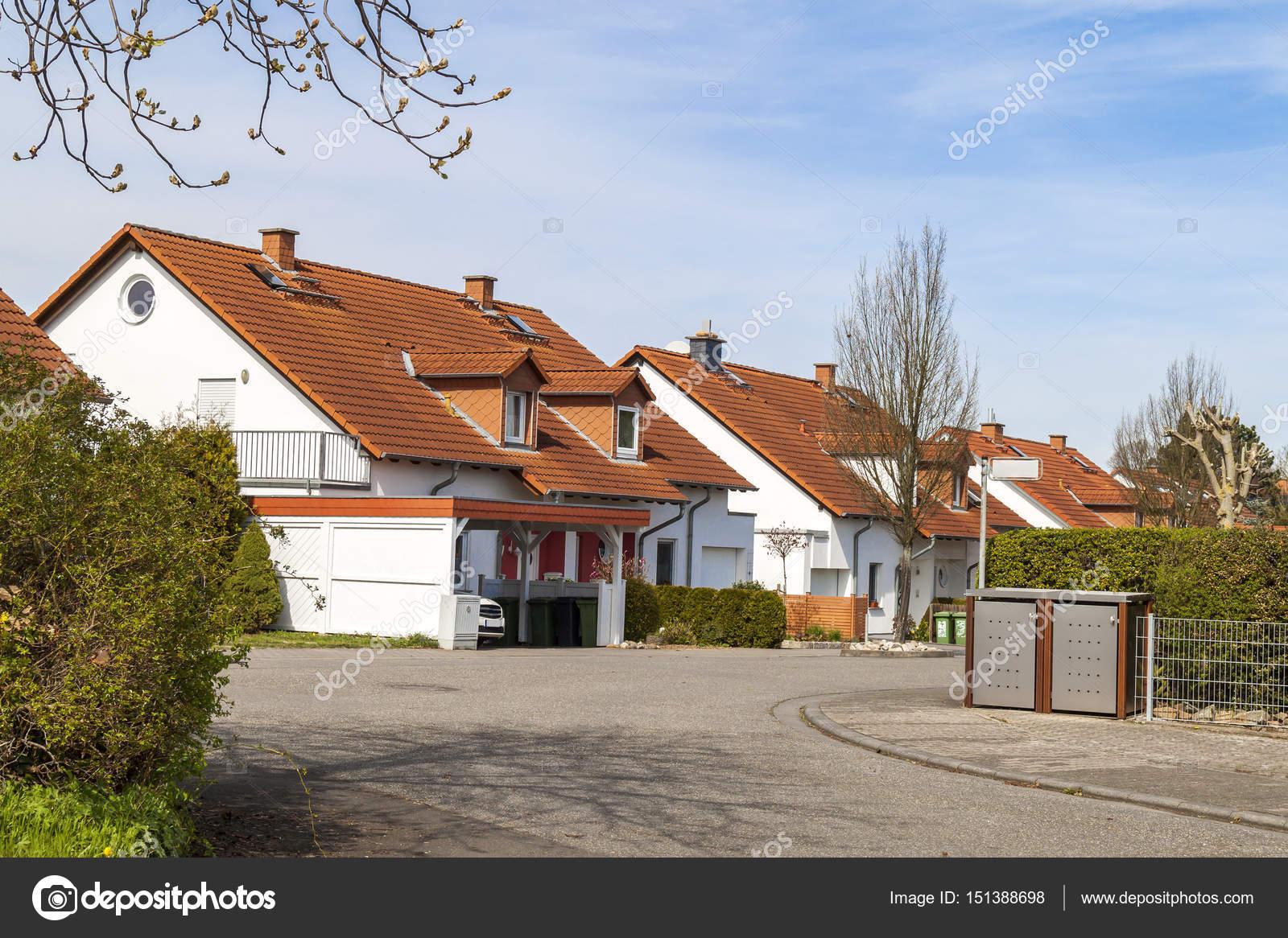 Classique allemand résidentiel maisons avec des tuiles de toiture ...