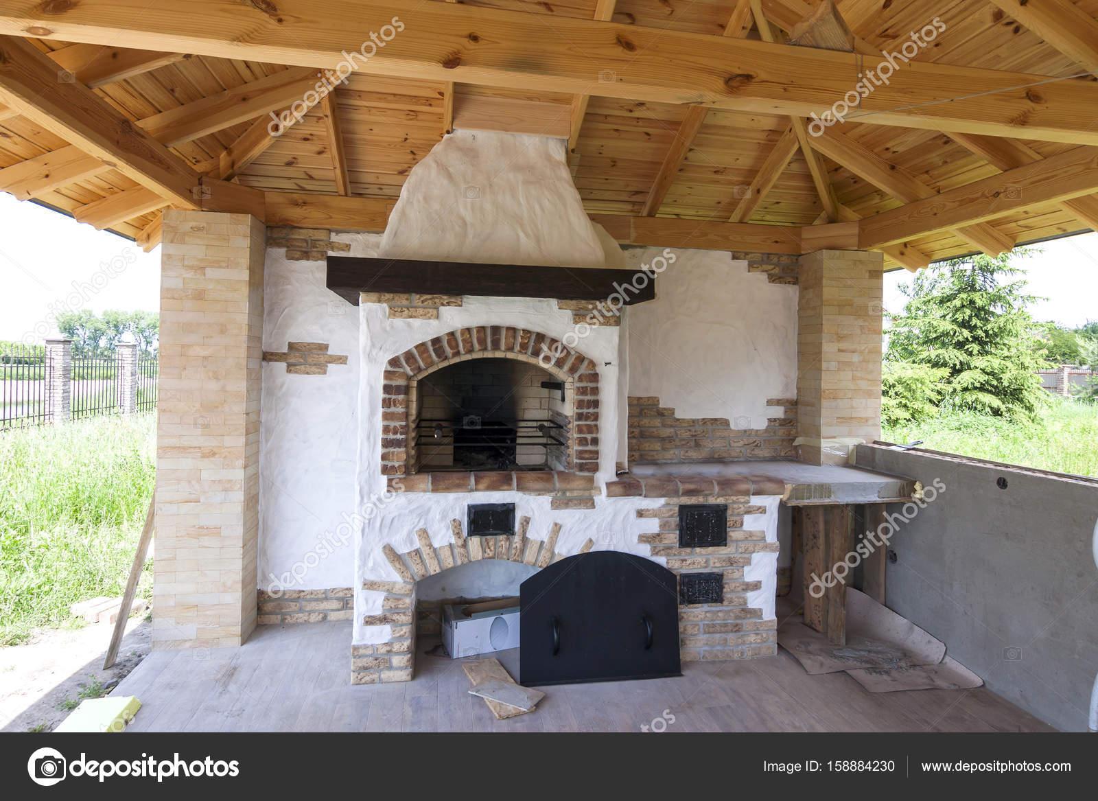 architektur, alten hausstil, veranda mit grill kamin gro — stockfoto