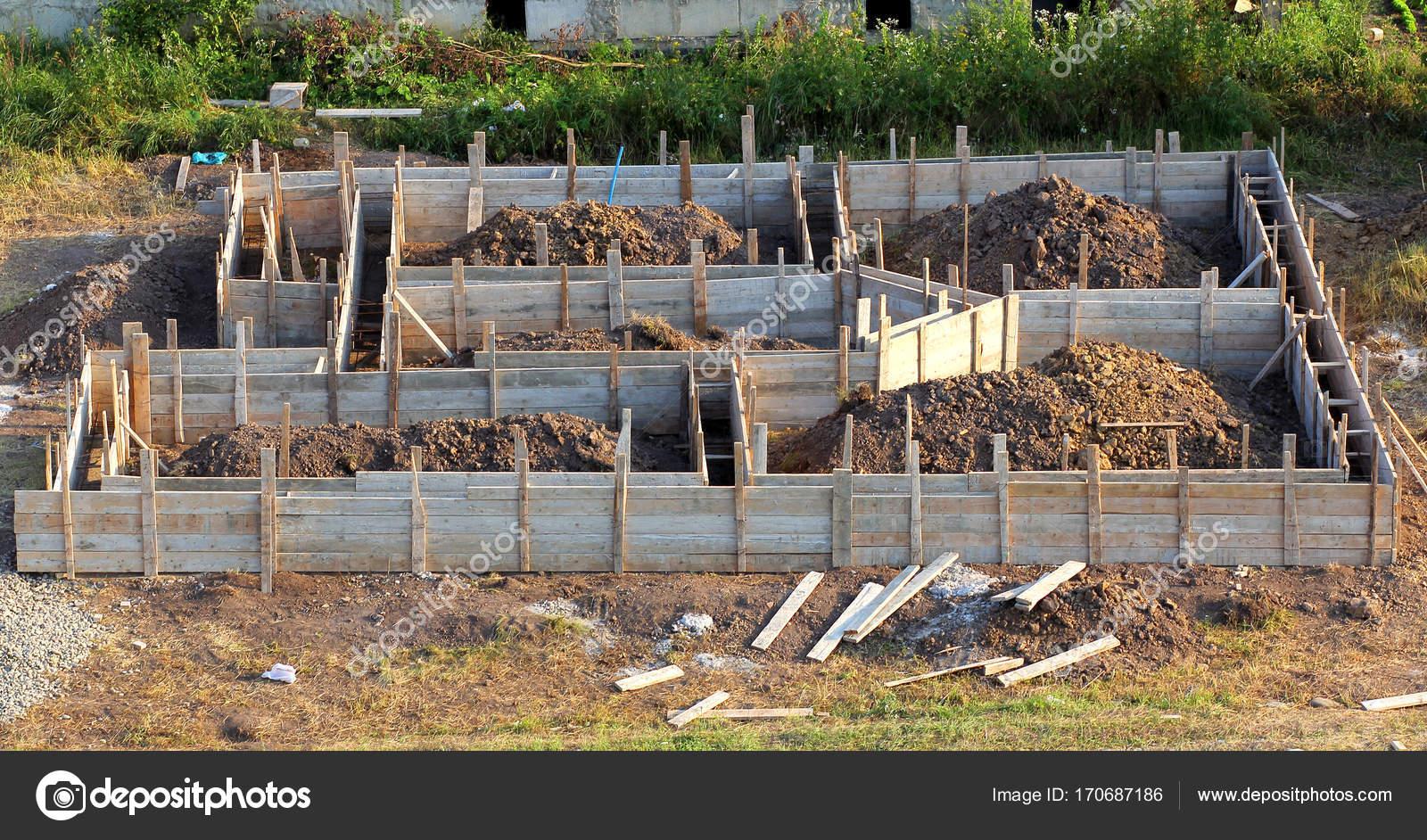 vista del cantiere e fondamenta di una casa in legno in