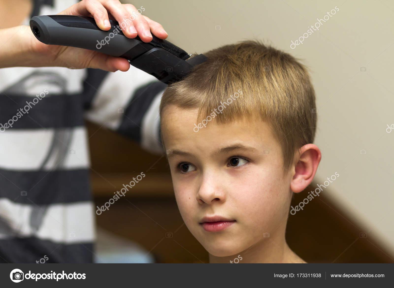 Friseur Ist Haare Schneiden Eines Jungen Kindes Im Friseurladen