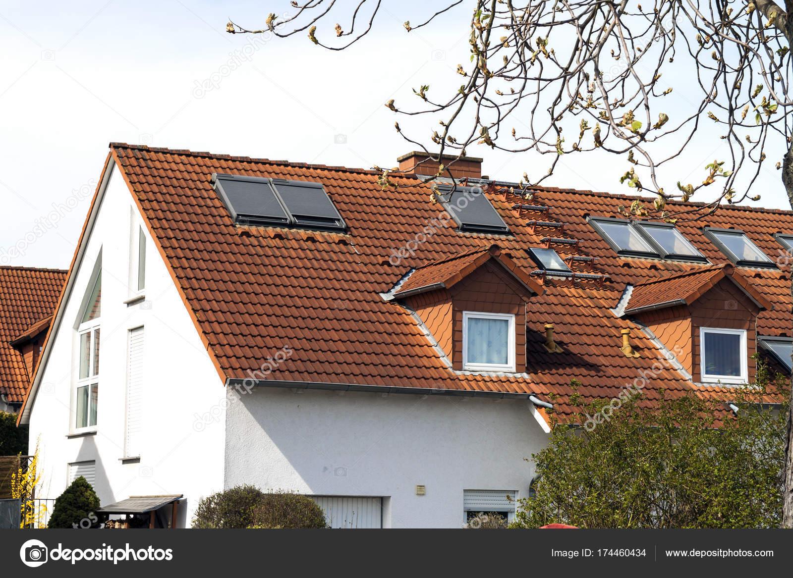 Techo del clásico residencial de casas con tejas de naranja y — Foto ...