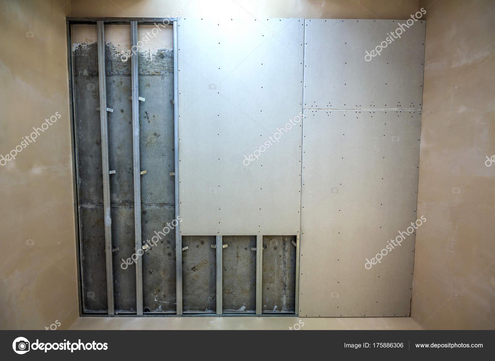 Abgehängte Decke aus Gipskarton Metallrahmen mit Schrauben fixiert ...