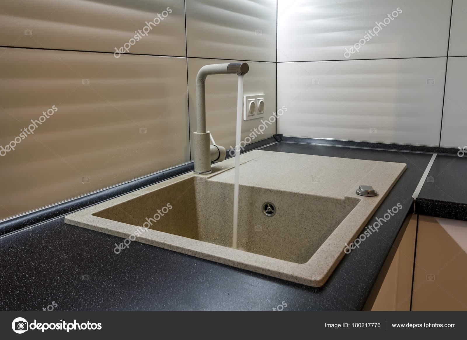 Rubinetto Di Lavabo E Acqua Di Granito Nel Nuovo Interiore Moderno Della  Cucina U2014 Foto Di Bilanol.i.ua