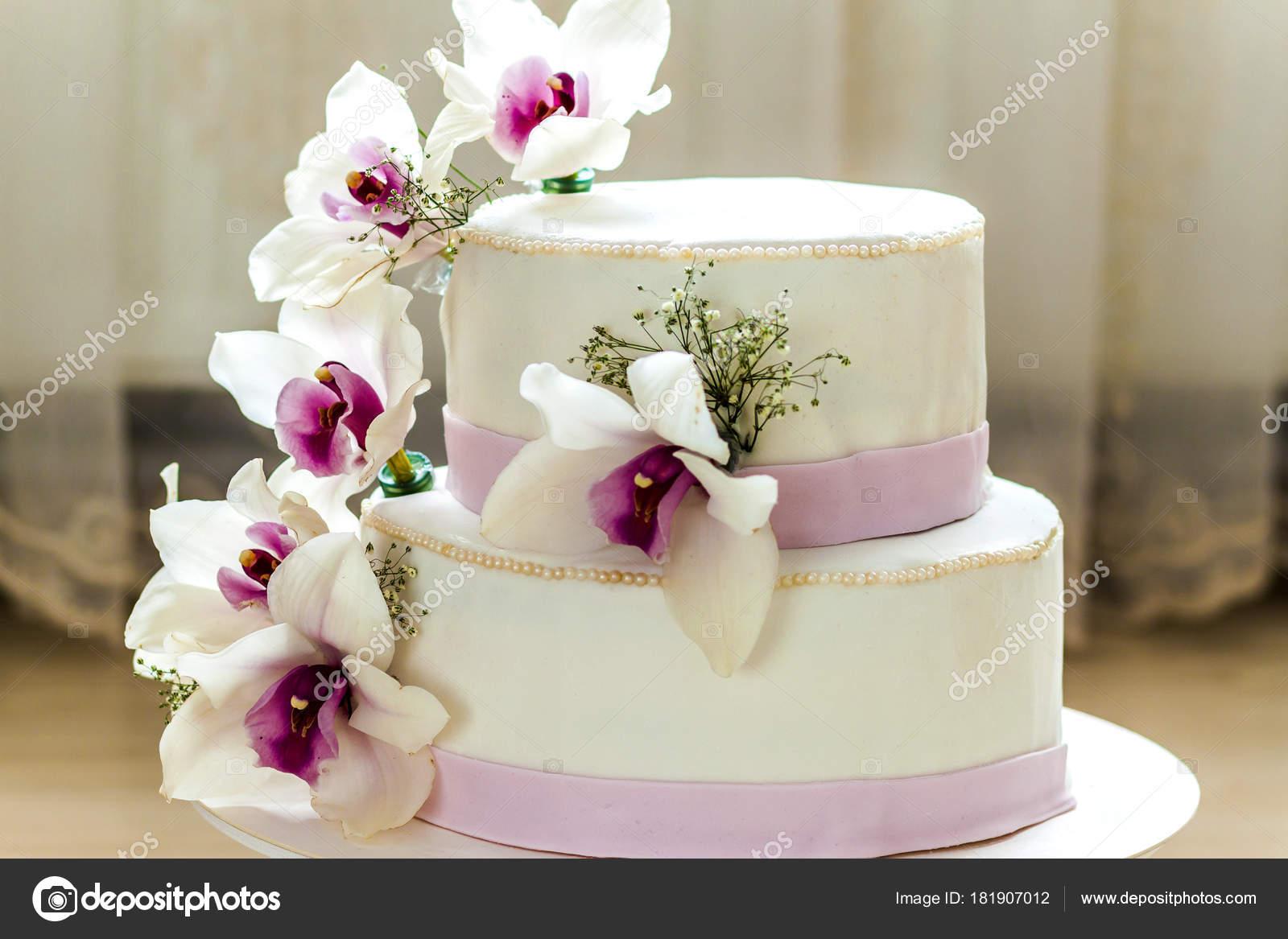 Pasteles De Boda Con Flores: Hermoso Pastel Bodas Con Flores Cerca Torta Con Fondo