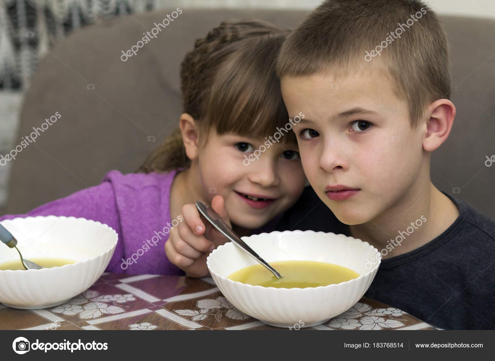 Imágenes Niña Comiendo Piña Para Colorear Dos Hijos Niño