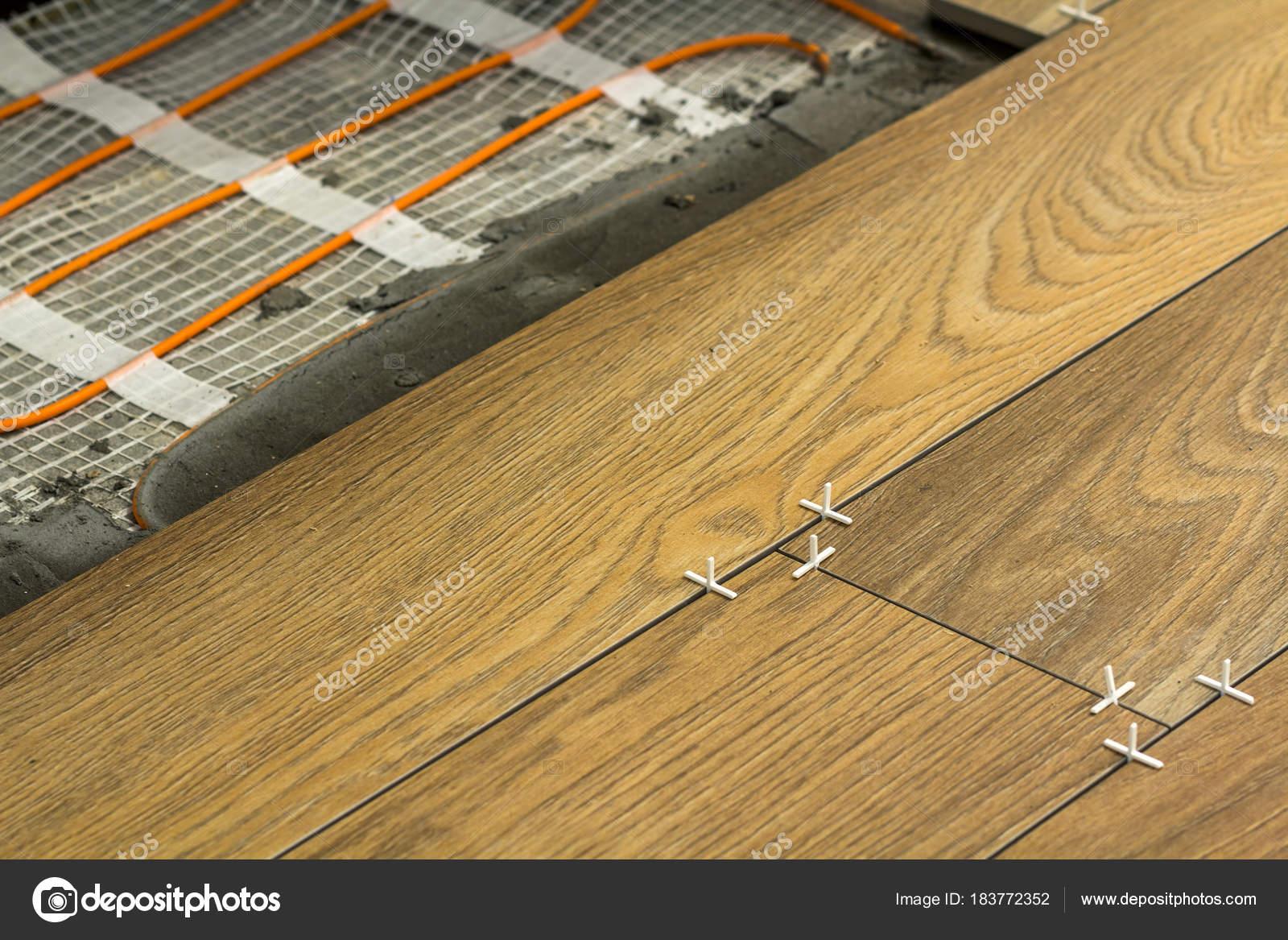Mattonelle Simili Al Parquet installazione di elementi riscaldanti a caldo delle