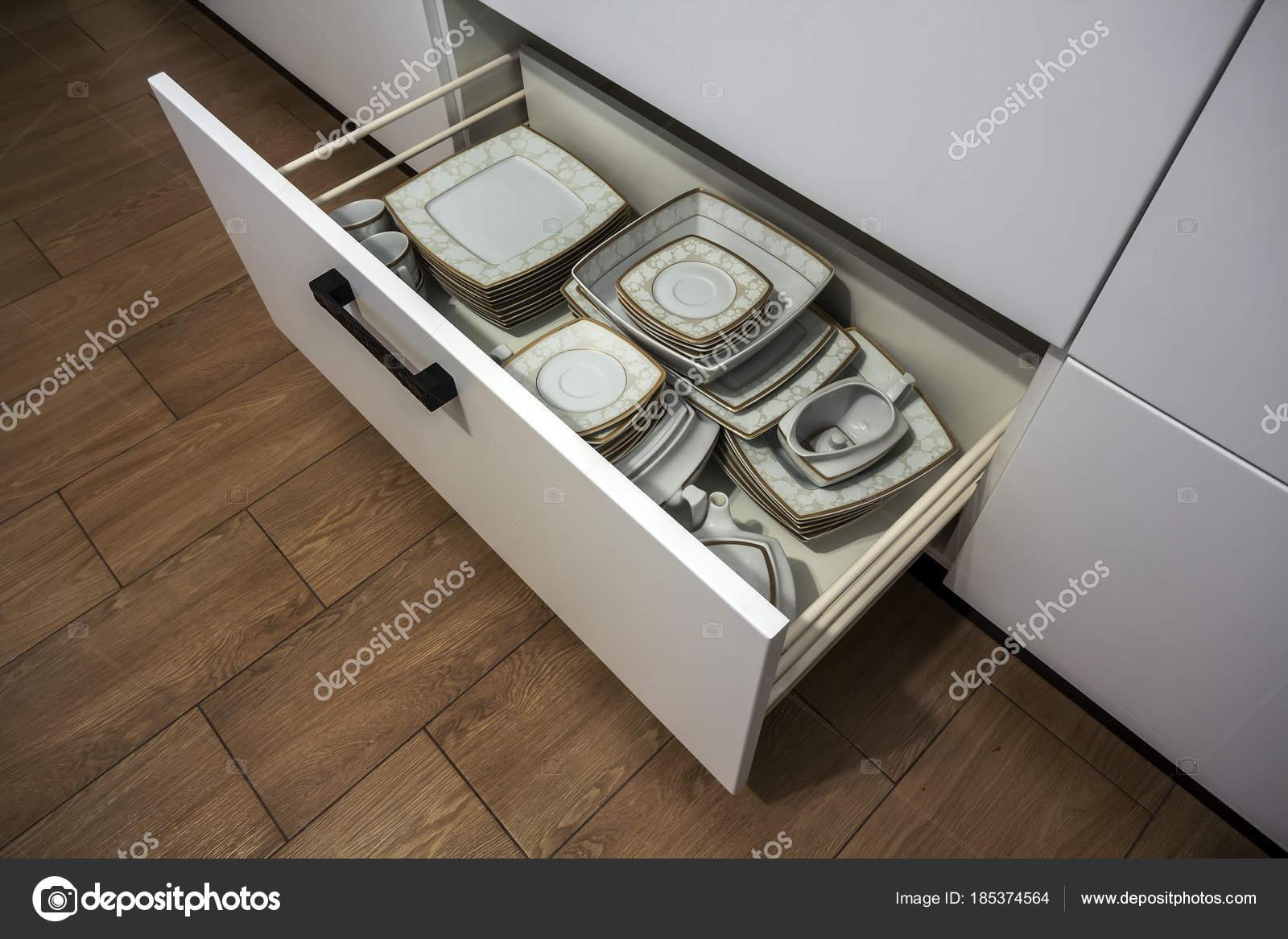 Offene Küchenschublade mit Platten im Inneren, eine intelligente ...