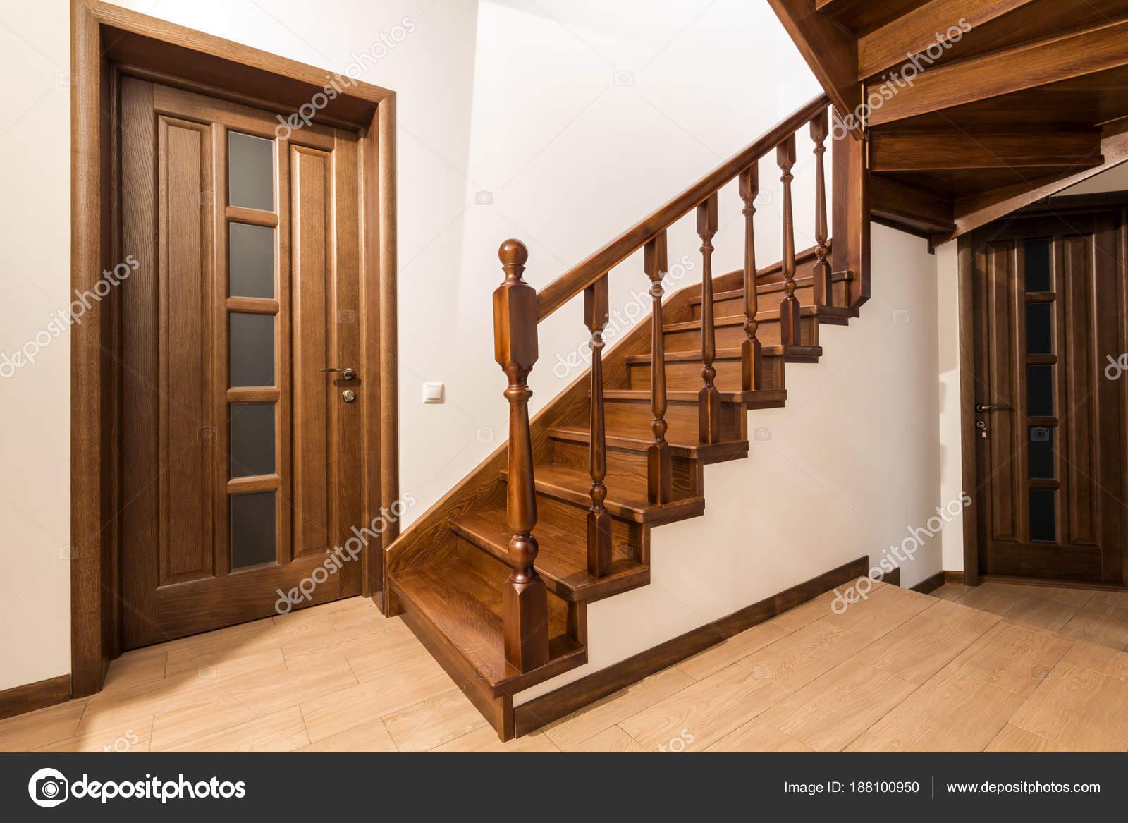 Moderne bruin eiken houten trappen en deuren in nieuw gerenoveerde