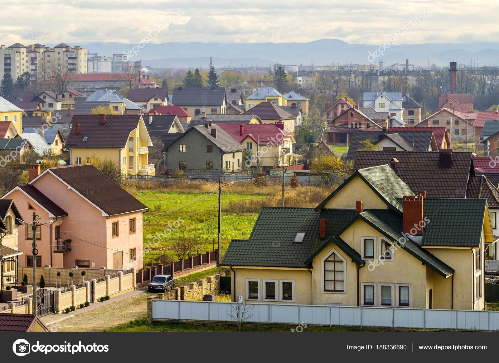 Luftaufnahme der Wohngegend mit modernen Häusern in Iwano-Fran ...