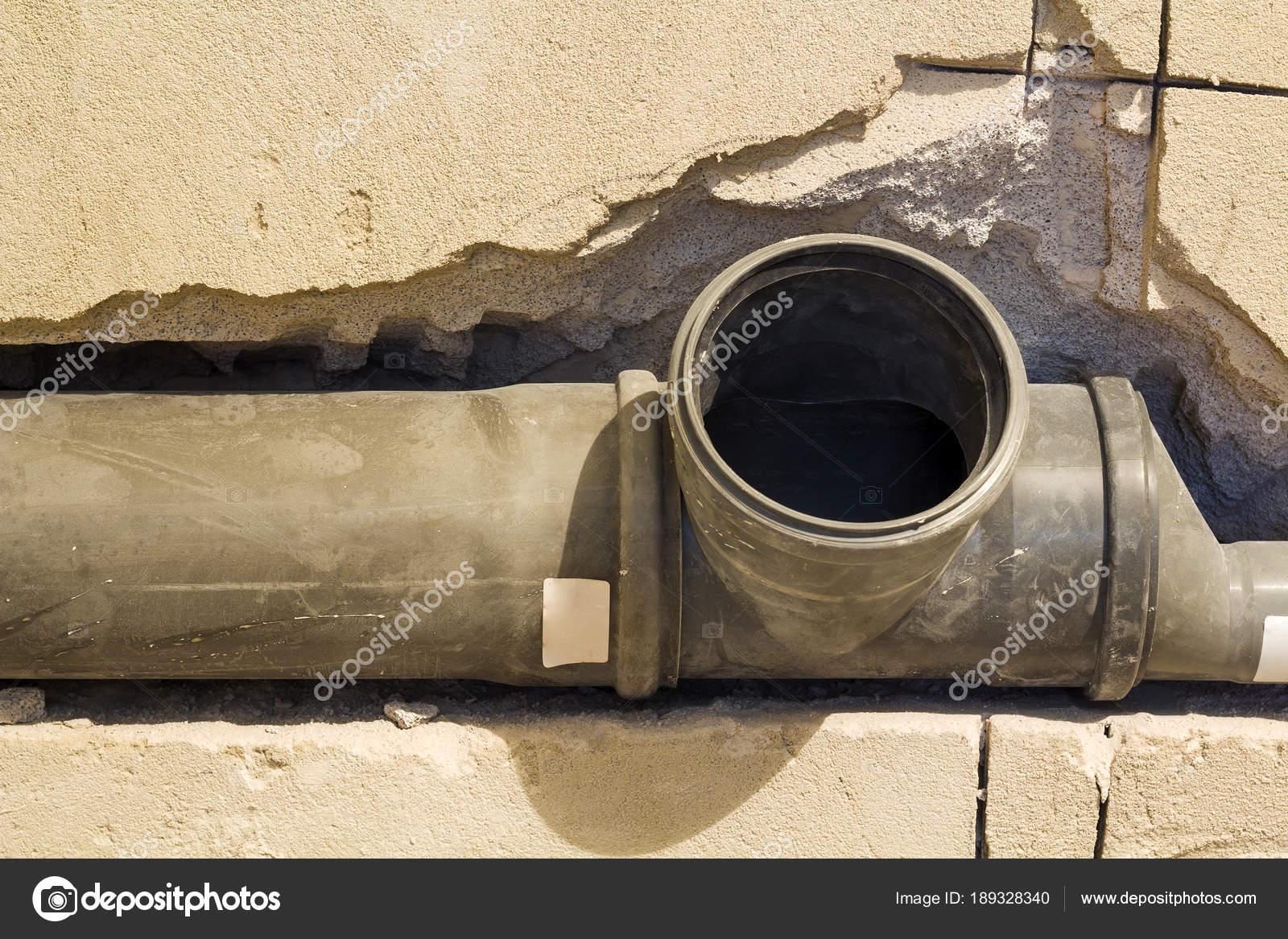 Installation von Abwasserleitungen in einem Badezimmer der ...