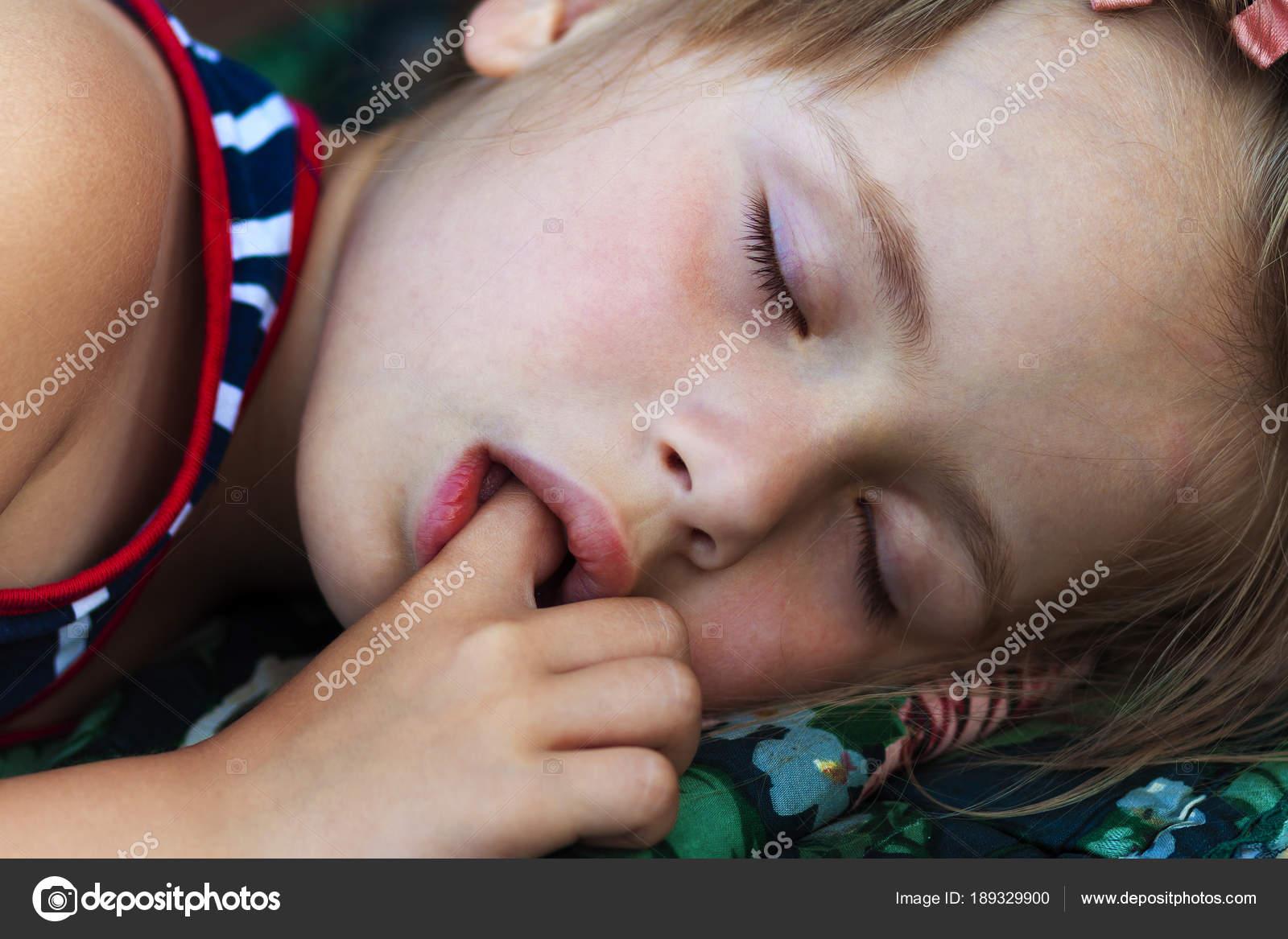 Фото спящая сосёт