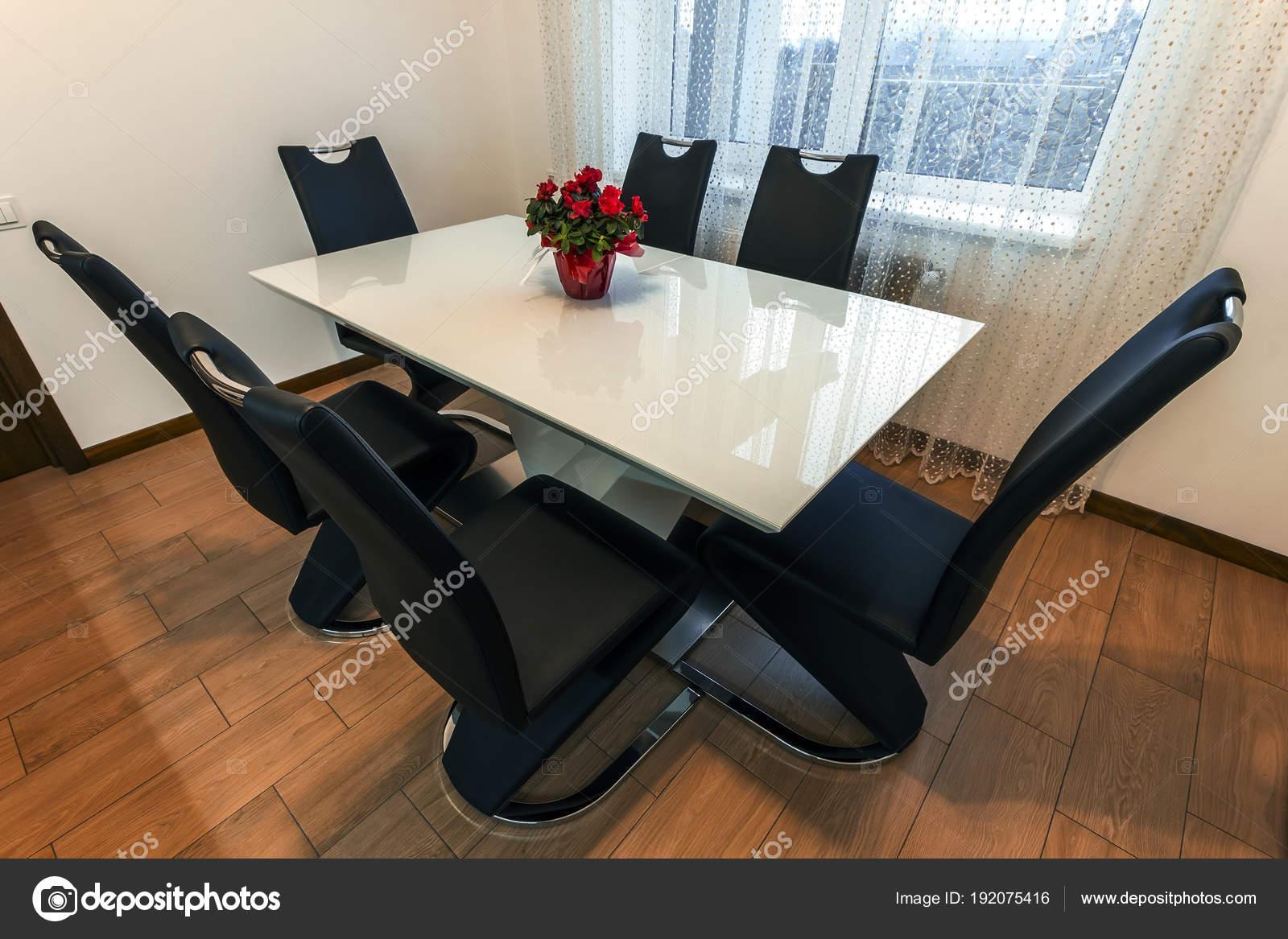 Madera blanca y vidrio redondo mesa de comedor con seis sillas ...