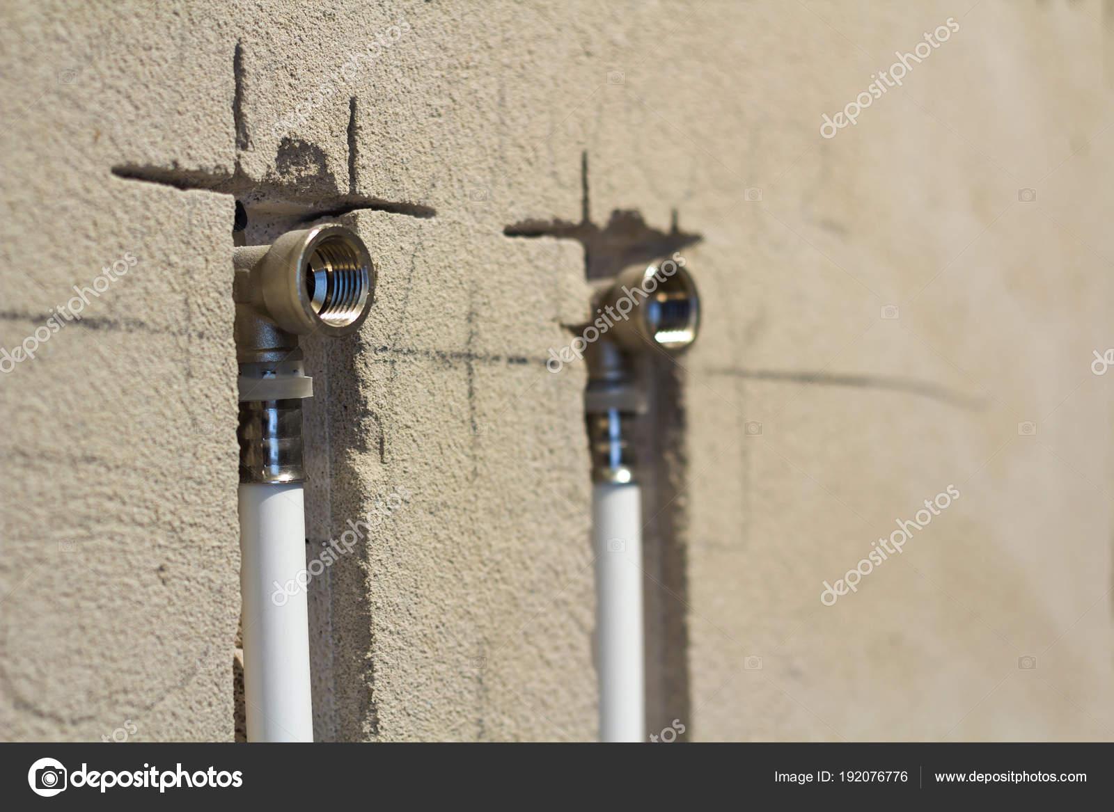 Tubi di acqua in polipropilene nella parete impianto idraulico in