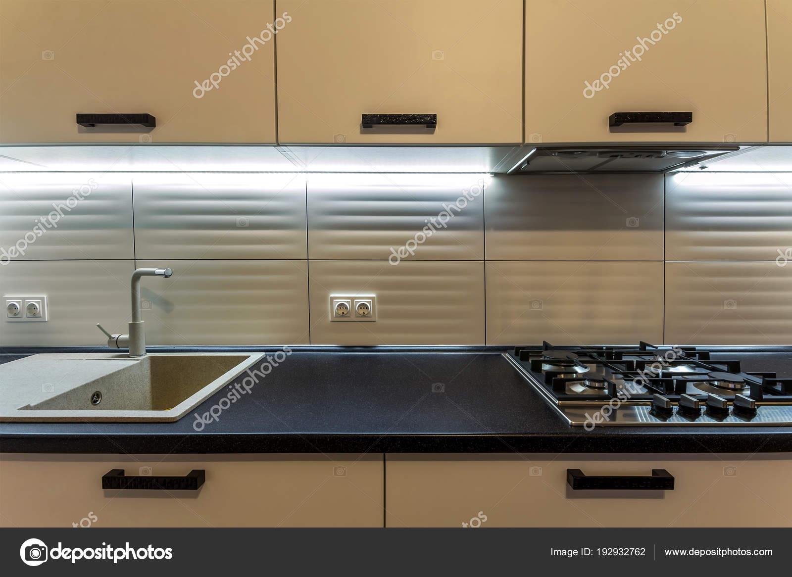 Geweldige nieuwe moderne houten keuken met moderne oven en kit