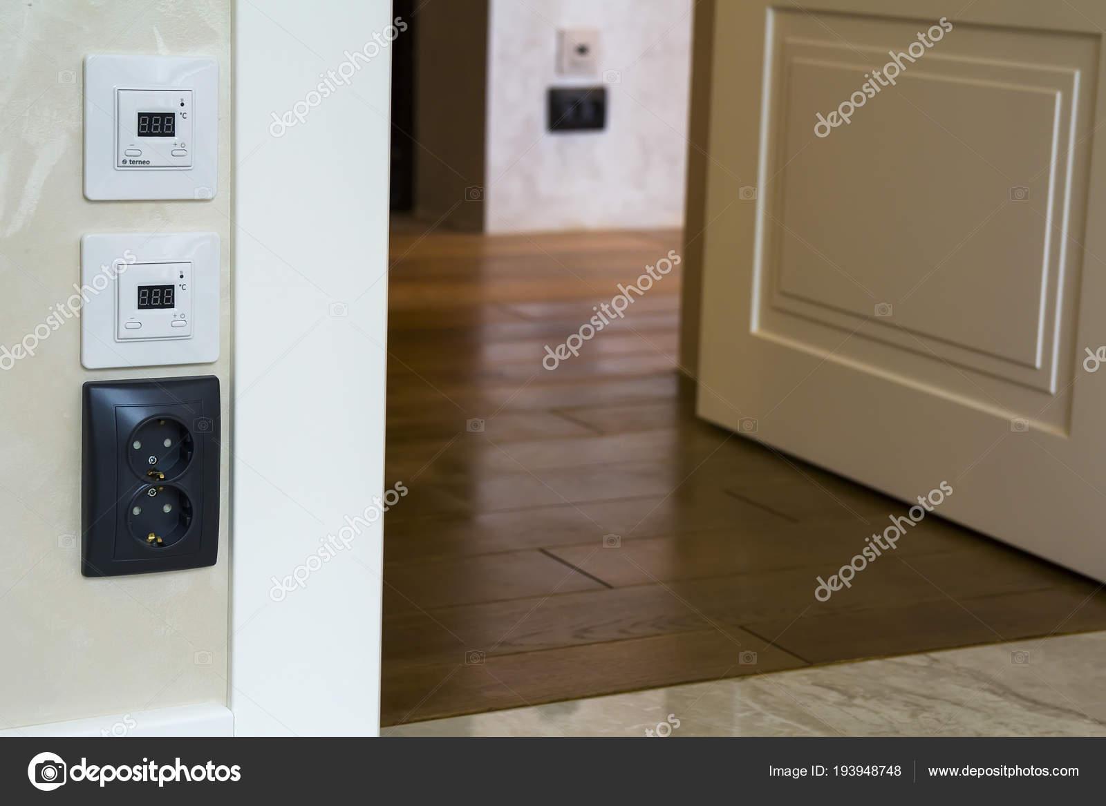 https://st3.depositphotos.com/7149852/19394/i/1600/depositphotos_193948748-stock-photo-modern-house-interior-with-warm.jpg