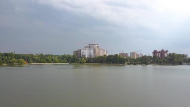 Letecký pohled na město Ivano-Frankivsk, Ukrajina. Městská krajina wath vysoké budovy odráží v městském jezeře vody.