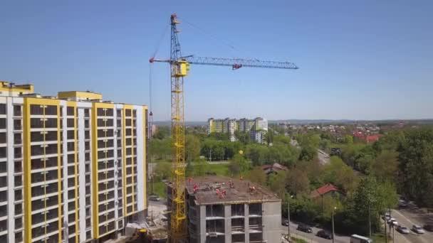 Vysoká průmyslová věž jeřáb na staveništi nové obytné budovy.