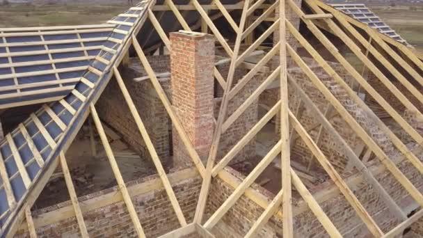 Luftaufnahme eines im Bau befindlichen Hauses. Rohbau mit Holzrahmen für Dach.