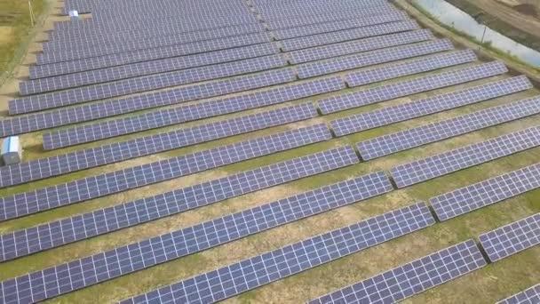 Légi felvétel a napenergia-erőmű. Elektromos panelek tiszta ökologiai termesztők számára.