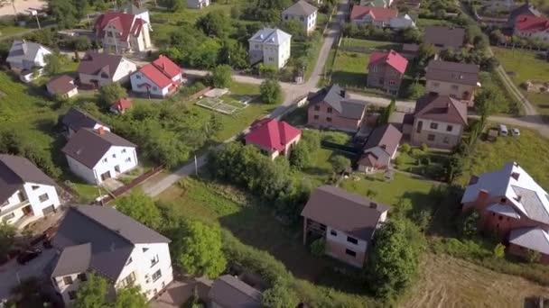 Légi kilátás vidéki területen egy város lakóházak és utcák felülről.