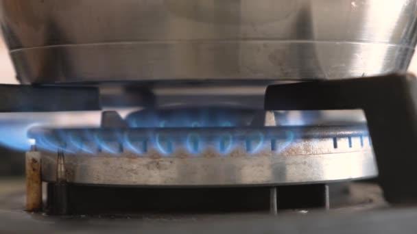 Detailní záběr z modrého ohně z domácí kuchyně, sporák. Plynový vařič s hořící plameny propan plyn.