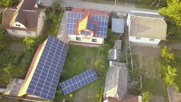 Luftaufnahme eines privaten Hauses mit Sonnenkollektoren auf dem Dach. Photovoltaik-Anlage für erneuerbare Energien am Gebäude und vor Ort.