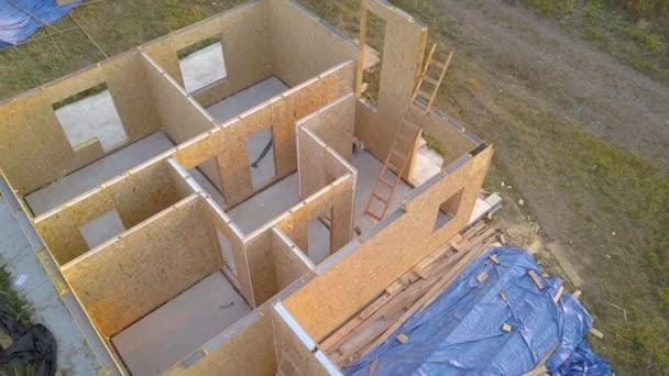 Výstavba nového a moderního modulárního domu. Stěny z kompozitních dřevěných desek se styropěnovou izolací uvnitř. Budování nového rámce energeticky účinného domácího konceptu.