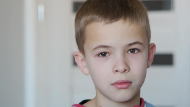 Portrét chlapce usmívajícího se na kameru.