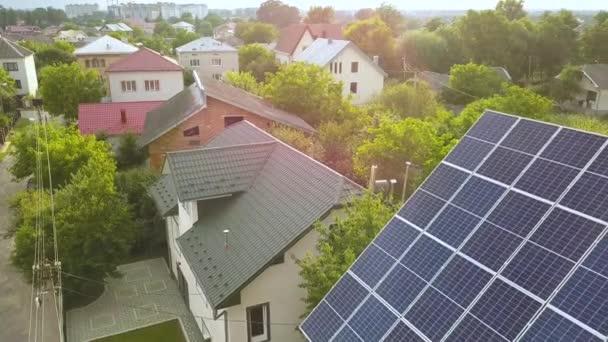 Luftaufnahme des neuen modernen Wohnhauses Hütte mit blau glänzenden Solar-Photovoltaik-Panel-System auf dem Dach.