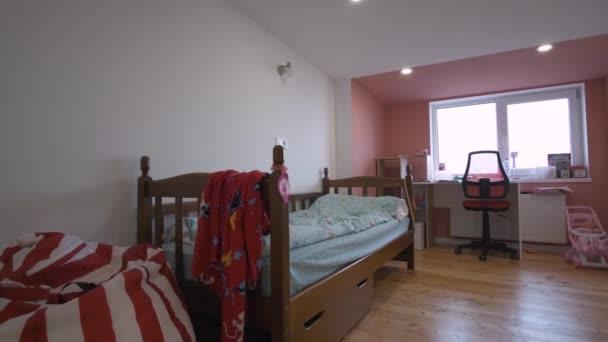 Interiér moderního apartmánu s dětským pokojem v podkrovním stylu.