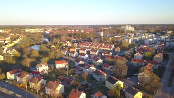 Az elővárosi övezet lakóházakkal való légifelvételek megtekintése.