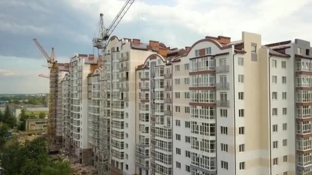 Letecký pohled na vysokou obytnou budovu ve výstavbě ve městě.