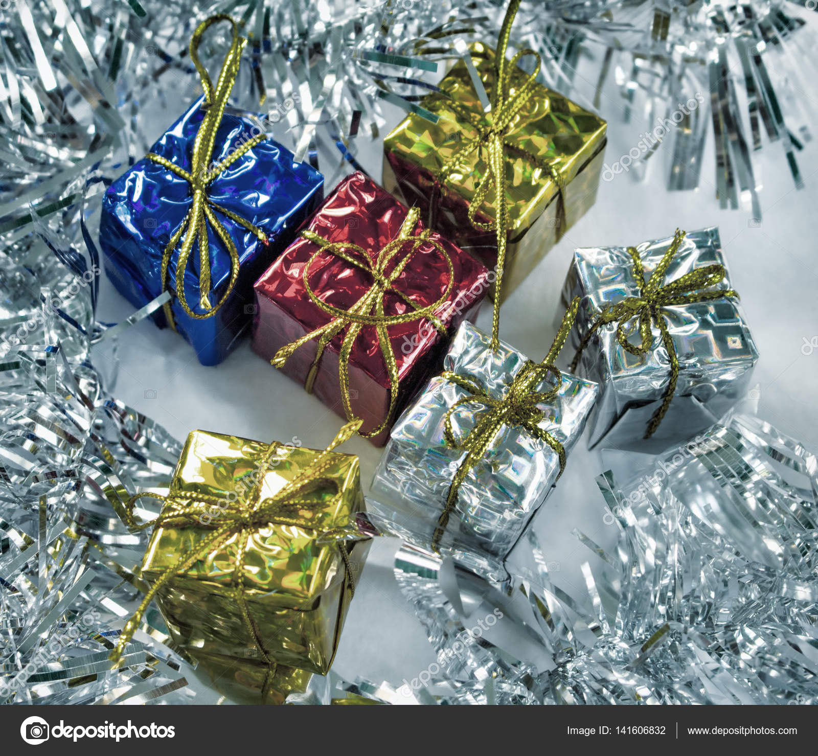 Vintage Weihnachtsgeschenke getönten Foto. Blau, rot, Gold und ...