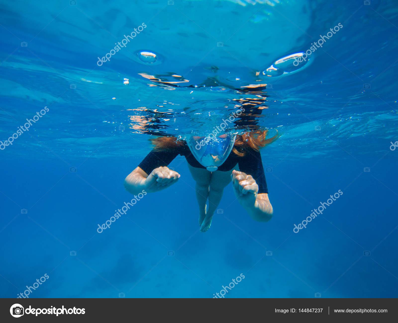 538356ca1 Linda mulher debaixo de água antes de mergulhar de recifes de corais. Meio  cara de mulher de snorkel na máscara. Mergulho de mar tropical.