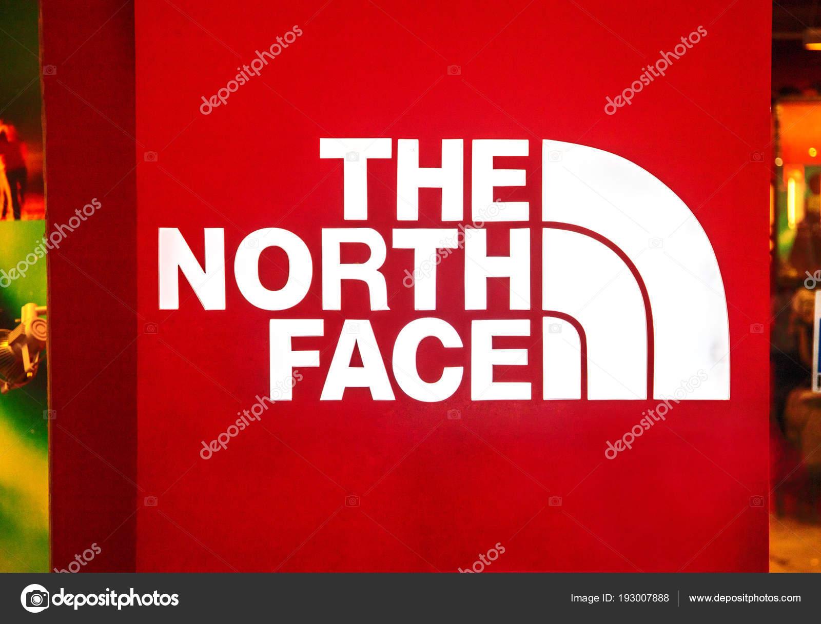 オブ アジアでの有名なブランドのロゴ。アウトドアウェア ブランド。赤と白のファッションのラベル。アクティブなライフ スタイルのための ファッションブランド