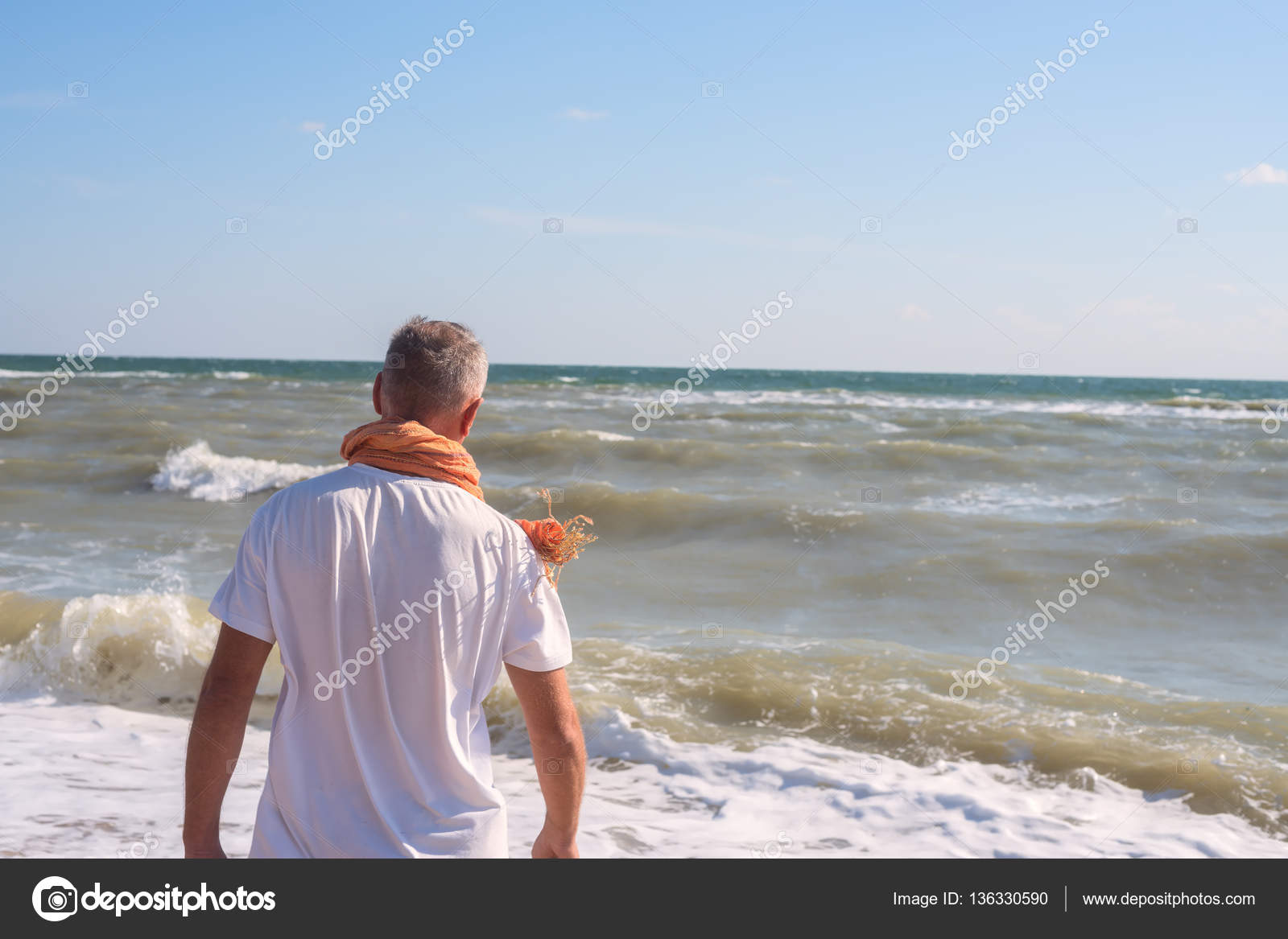 Man stands on the beach in surf line — Stock Photo