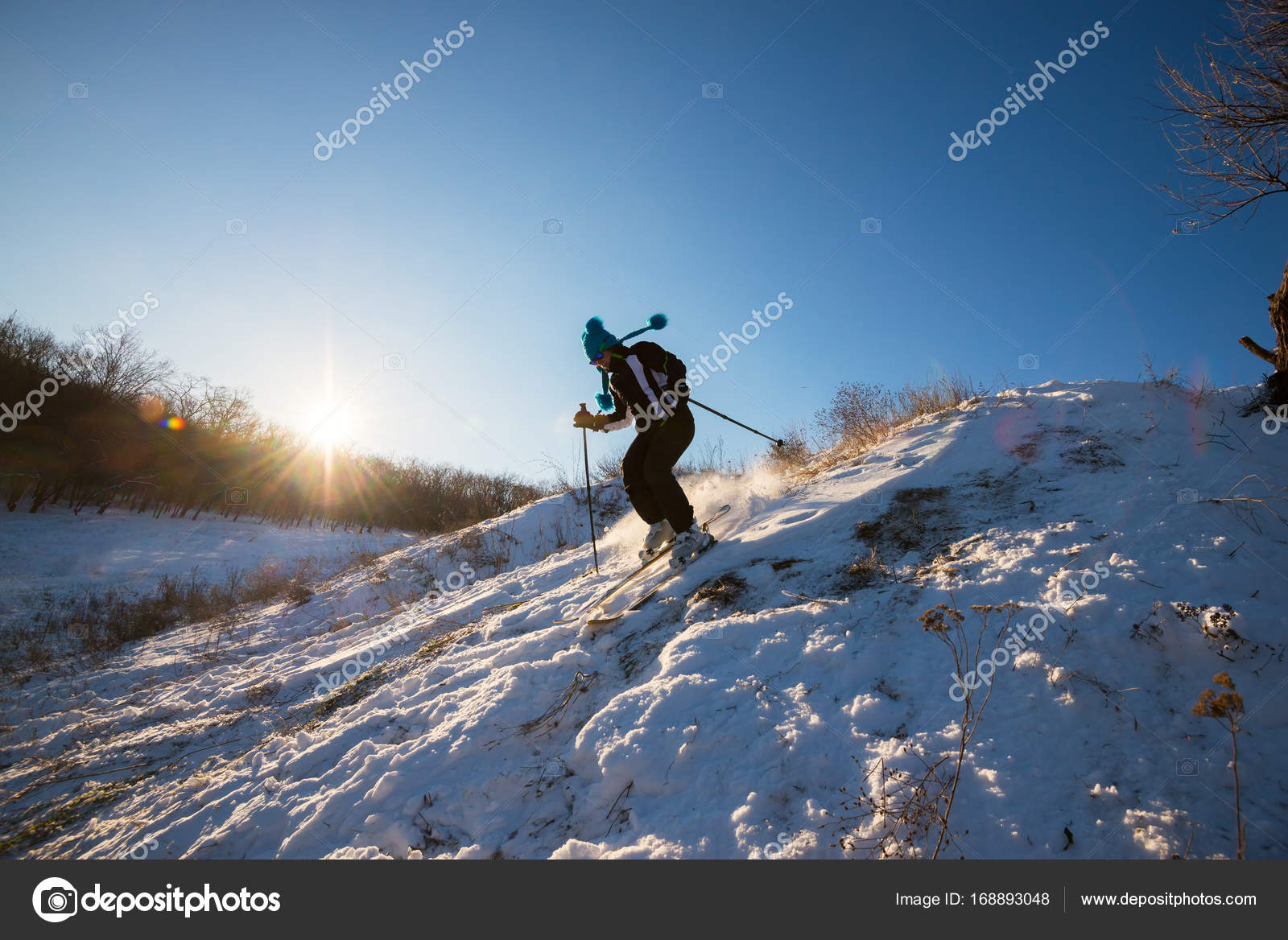 Mädchen Skifahrer In Lustige Kappe Schnell Fährt Bergab Stockfoto