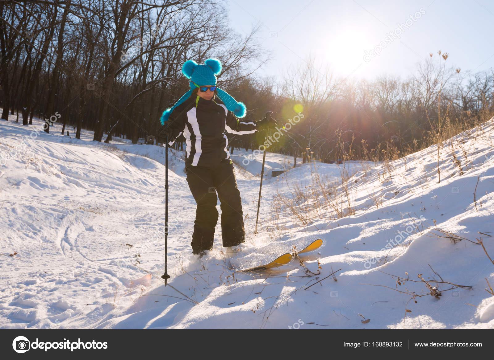 Mädchen In Eine Lustige Mütze Im Wald Skifahren Stockfoto