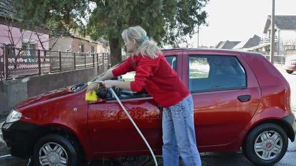 Mytí aut / žena mytí auta